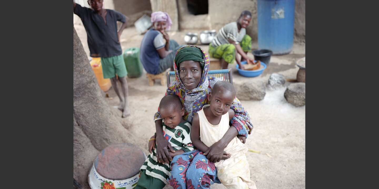 Fatoumata Sidibé mit den Kindern | © Meinrad Schade