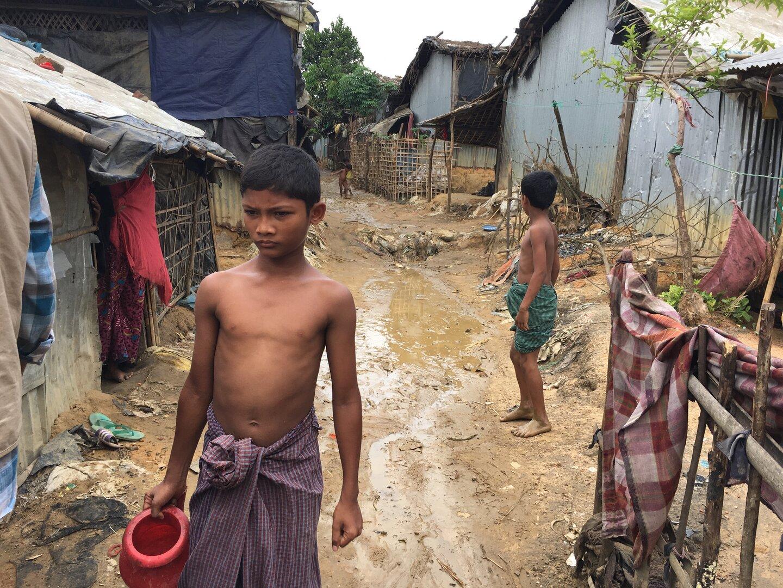 Kinder holen Wasser im Camp in Cox's Bazar.   © Barbara Dietrich / Helvetas