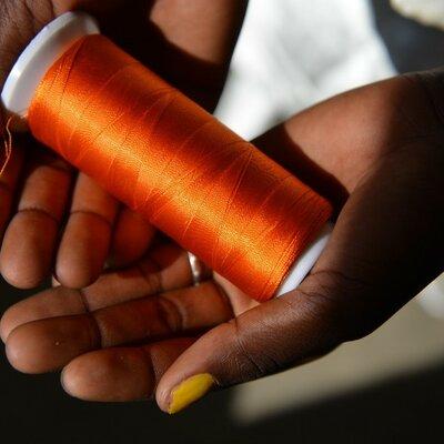 Die 18-jährige Marie Soubeiga aus Burkina Faso hat sich für eine Schneiderinnenlehre im Berufsbildungszentrum angemeldet, einem Berufsbildungsprojekt von Helvetas. Sie will sich selbstständig machen und ist fest entschlossen, nicht so früh zu heiraten wie ihre Freundinnen. | © Jean-Pierre Grandjean