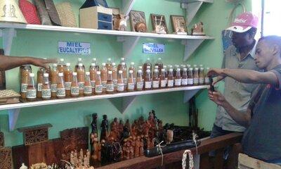 visite boutique artisanat et miel à Ambositra   © Helvetas