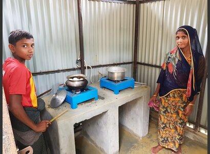 In den Rohingya-Flüchtlingscamps in Bangladesch unterstützt Helvetas den Bau spezieller Latrinen, aus denen Biogas gewonnen wird, mit dem die Flüchtlinge kochen und sich gesünder ernähren können. | © Helvetas / Alexa Mekonen