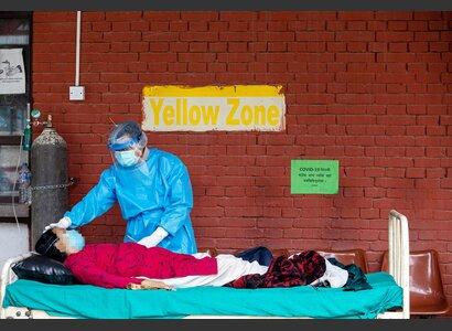 Warten auf Aufnahme in eine Covid-19-Station   © Helvetas / Narendra Shrestha