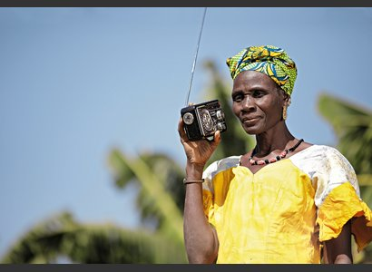Why is Maïmouna Tangara from Mali listening to the radio? | © Helvetas / fairepicture / Fatoumata Tioye Coulibaly